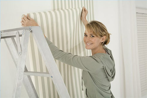 Как клеить бумажные обои на стену фото